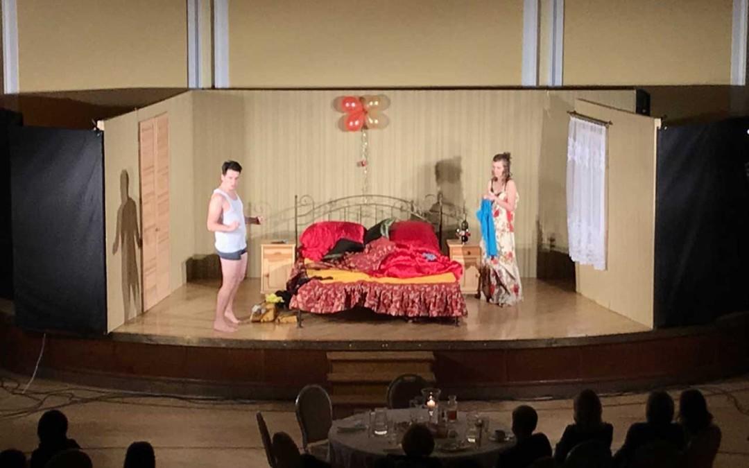 """2018.11.22 – kolacja teatralna KOMEDIA W AVANGARDZIE na wyłączność """"Trzy razy łóżko"""""""